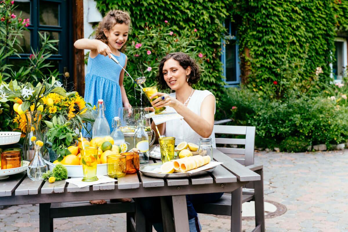 self made limonade mit Mutter und Tochter