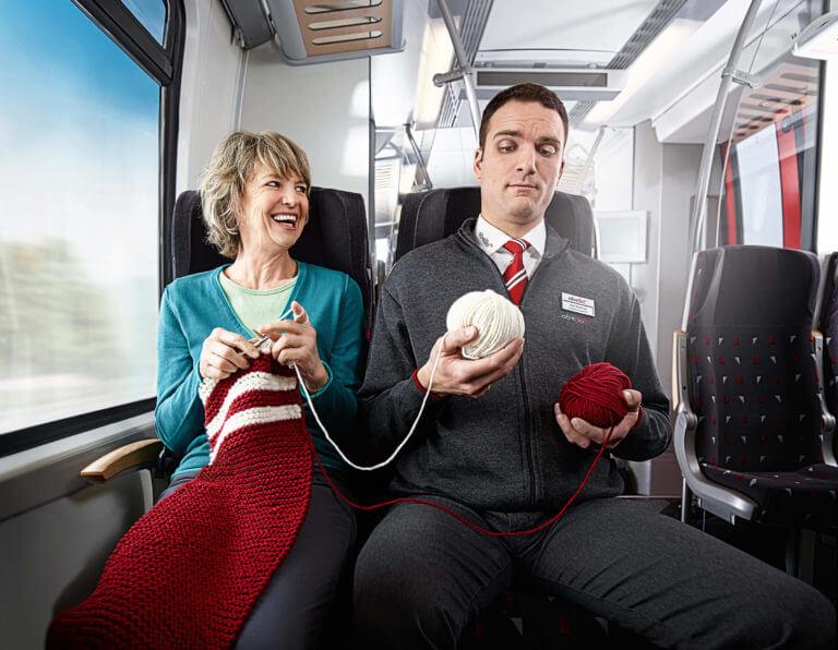 Schaffner hält WollknäuelAbellio Rail MItteldeutschland Kampagne